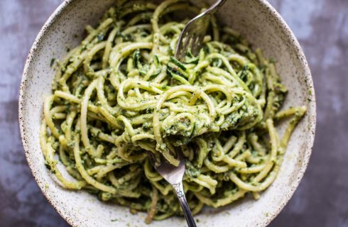 Easy to make: Pasta met avocado saus en tuinbonen