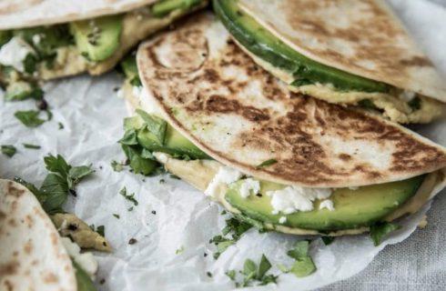 Snel en simpel: Quesedilla's met hummus, feta en avocado