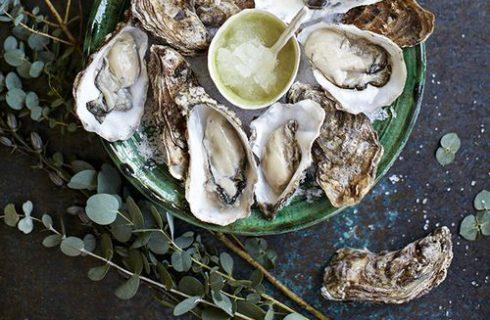 Kroketjes zijn passé, in Frankrijk trek je nu gewoon een oester uit de muur!