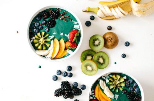 Prachtige groenblauwe regenboog smoothie bowl