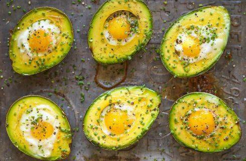 Koolhydraatarme avocado en ei bootjes uit de oven