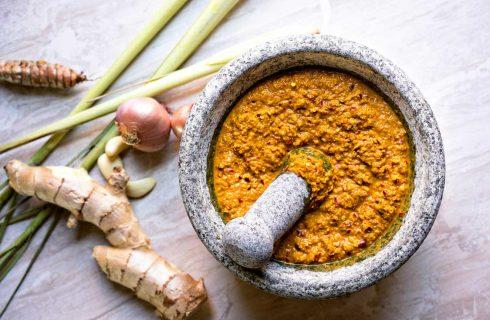 Maak je eigen simpele thaise gele curry pasta