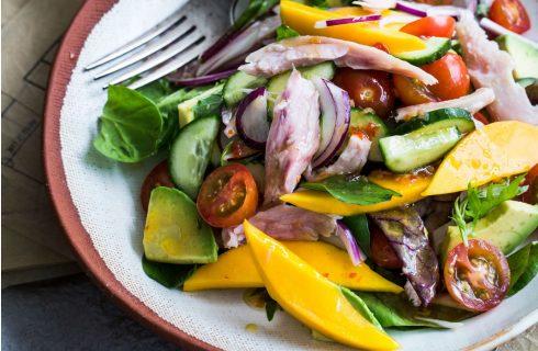 Gerookte kip salade met mango en avocado