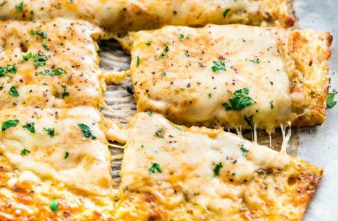 Koolhydraatarm: Cheesy breadsticks van bloemkool