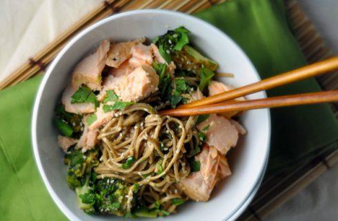 Gezonde Japanse noodles met zalm en broccoli