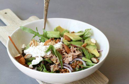 Linzen salade met avocado, hüttenkäse en tonijn