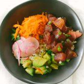 Een vegetarische poké bowl met rode kool