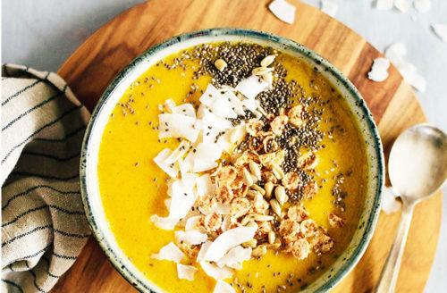 Healthy Mango smoothie bowl met havermout en kokos