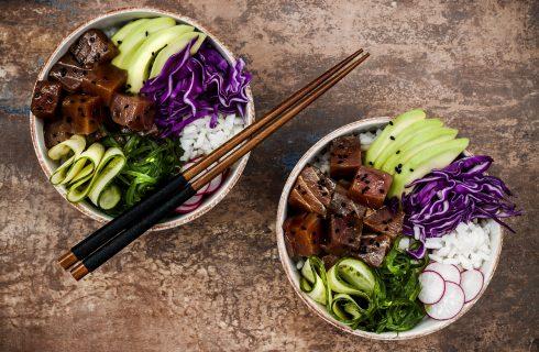 Op het menu staat vanavond deze heerlijke avocado en verse tonijn poké bowl