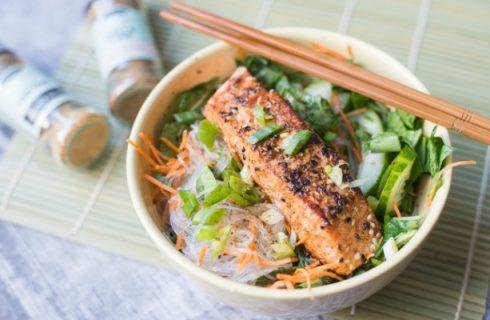 Thaise wokschotel met paksoi, zalm en broccoli