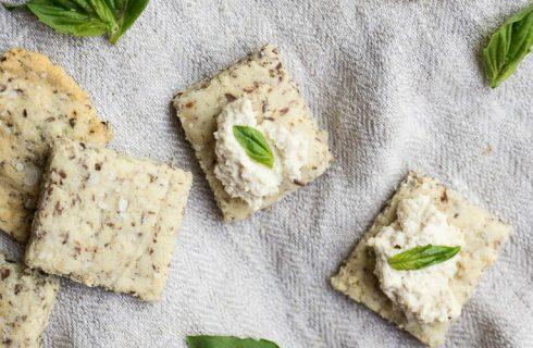 Homemade eiwitrijke lijnzaad-amandel crackers