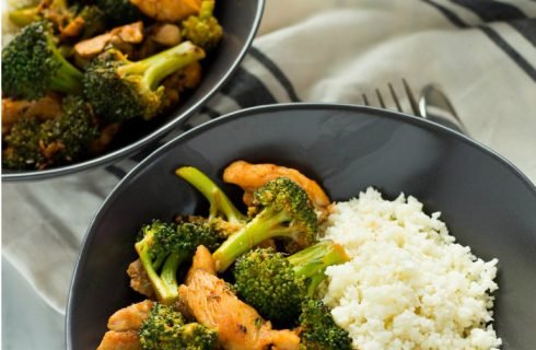 Koolhydraatarm: Bloemkoolrijst met kip en sweet chilisaus