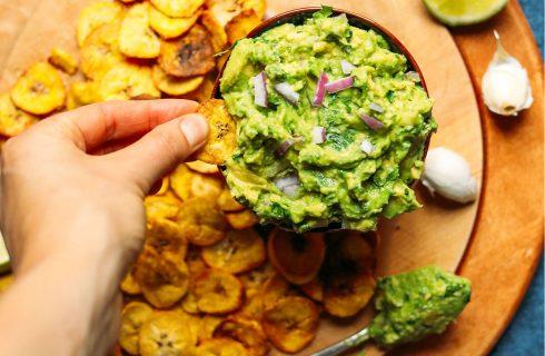 Homemade guacamole met groenten chips (vegan)