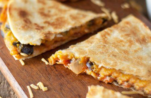 Pompoen quesadilla met zwarte bonen