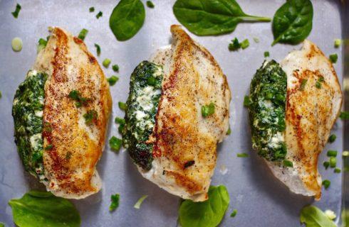 Heerlijke gebakken kip gevuld met romige spinazie