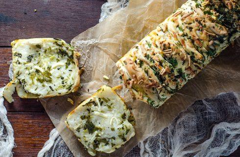 Verse kruiden, knoflook en kaas breekbrood