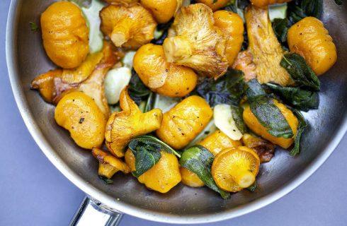 Glutenvrije pompoen Gnocchi met wilde paddestoelen en spicy hazelnoten