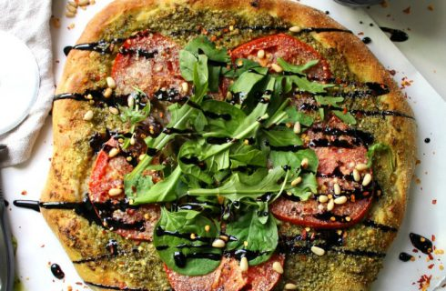 Glutenvrije pizza met pesto en mozzarella