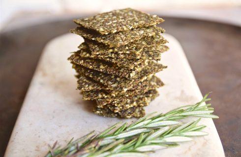 Koolhydraat arme crackers met rozemarijn en Parmezaanse kaas!