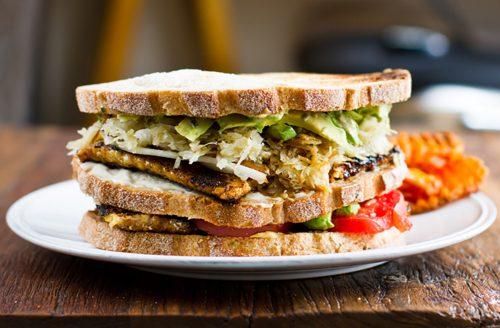 Tempeh club sandwich mét een romige ranch saus!