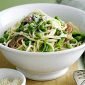 Spaghetti met saus van gewokte groente met groene tapenade