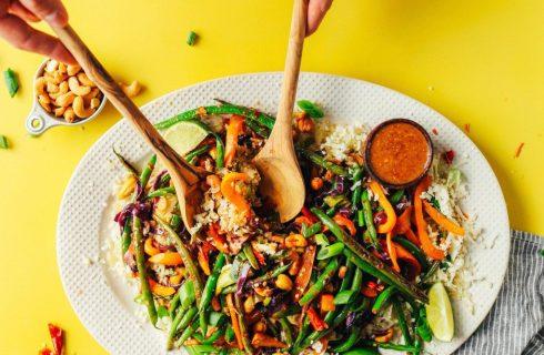 Koolhydraatarme roerbak met groenten en spicy saus