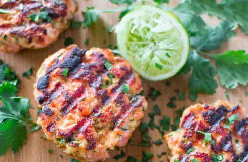 Zalmburgers met een heerlijke spinazie salade