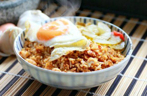 Lekkere & snelle nasi goreng met saté stokjes