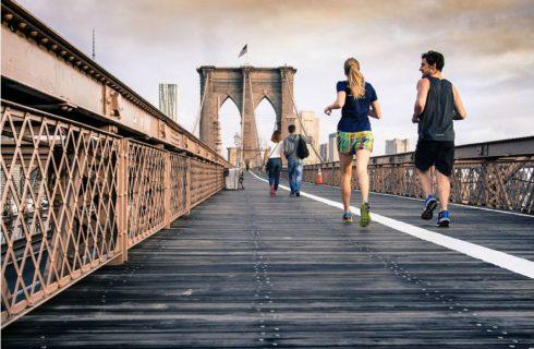 De Zweedse fitnesstrend 'Plogging' is goed voor jou én het milieu!
