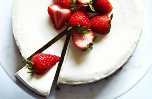 Heerlijke en gezonde Valentijnstaart met rood fruit