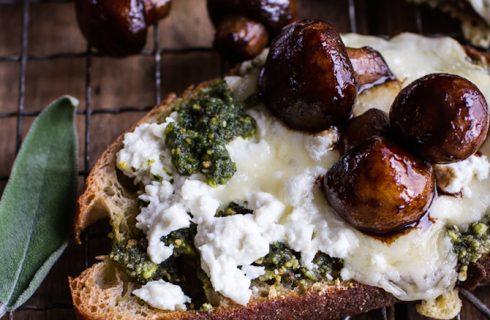 Lekkere toast met paddenstoelen, geitenkaas en walnoten