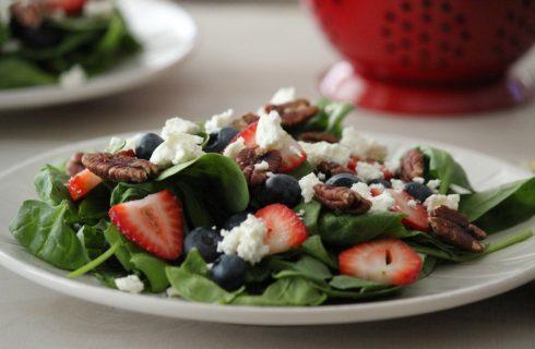 Gezonde salade met blauwe bessen en geitenkaas