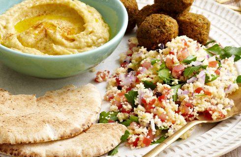 Heerlijk maaltje, frisse couscous salade met falafel