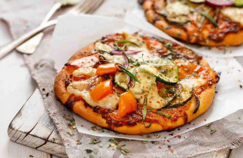 Gezonde vegetarische pita pizza met gegrilde groenten