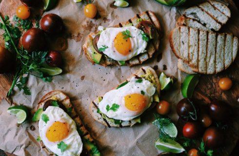 Lekker ontbijtje, gebakken ei met avocado en tomaat
