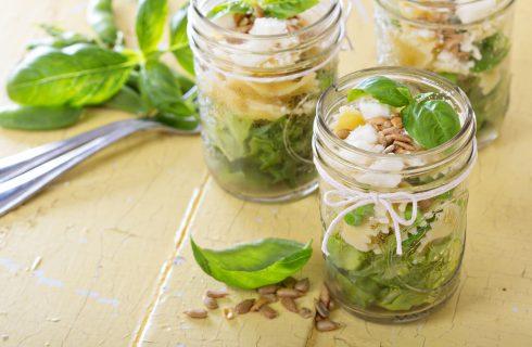 Een heel leuk hapje; salade vanuit een glaasje