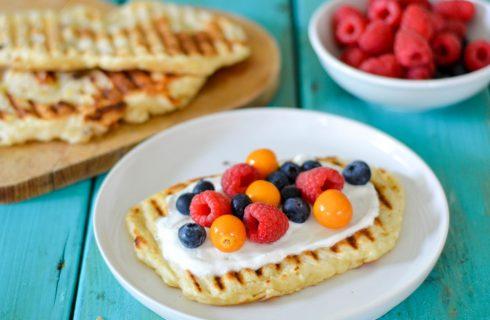 Zoete naanbrood met yoghurt en rood fruit