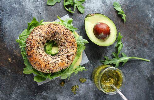 Heerlijk ontbijtje: een lekkere bagel met avocado