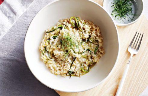 Romige vegan risotto met courgette en basilicumsaus