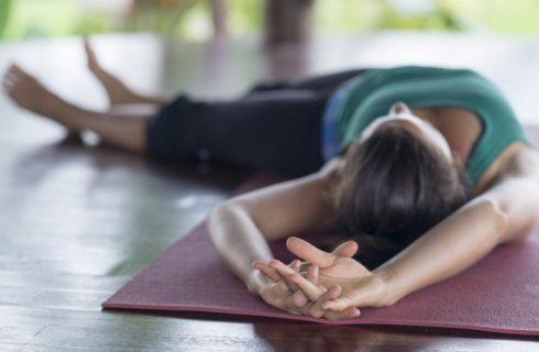 Open de zijkant van je lichaam met yin yoga; de Bananasana