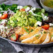 Lichte salade met fruit, gamba's en geitenkaas