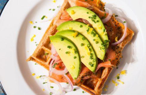 Heerlijke glutenvrije wafels met avocado en zalm