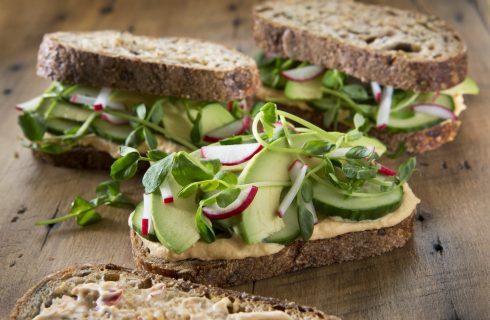 Heerlijke combinatie: broodje met hummus en avocado