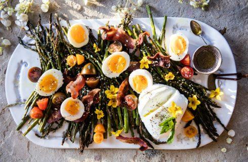 Geroosterde aspergesalade met ei en bacon