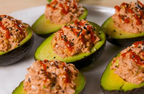 Gevulde avocado's met pittige tonijn