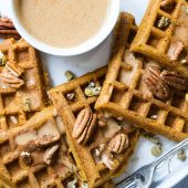 Hartige muffins met paprika, prei en ei als traktatie