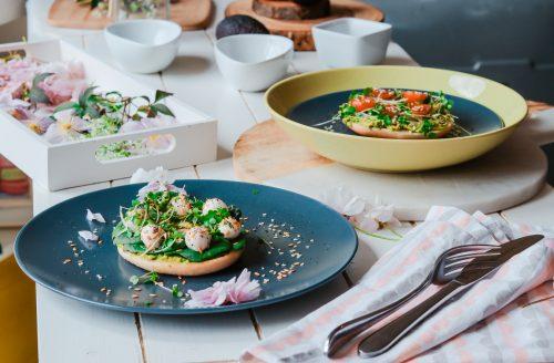 Healthy vega bagel met hummus en verschillende toppingen