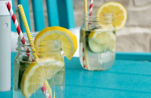 Het drinken van citroenwater gaat de huidveroudering tegen