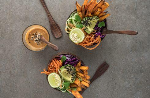 Bowl: Zoete aardappel met frisse ingrediënten zoals avocado en limoen