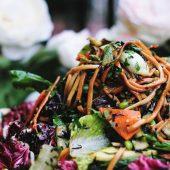 Gezonde noodle bowl met geroerbakte groenten
